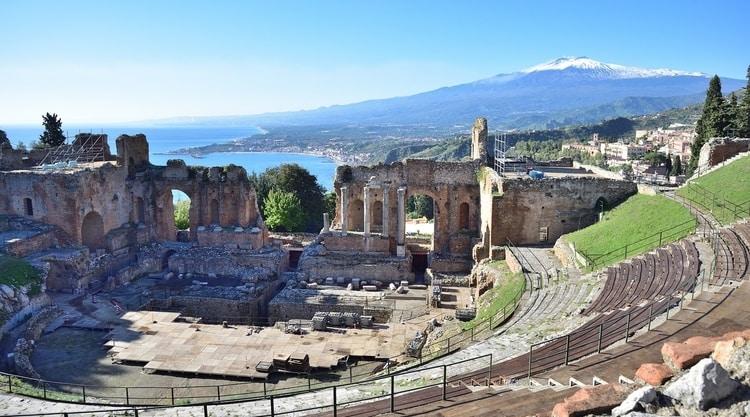 Romeinse ruïnes met Etna