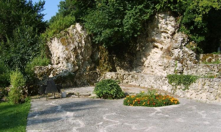 Buitenkant grotten Aladzha klooster