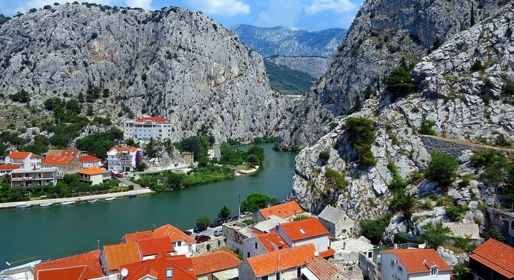 De plaats Omiš in Kroatië