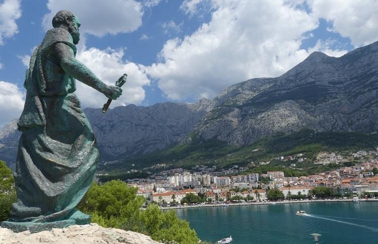 St Peter standbeeld in Makarska