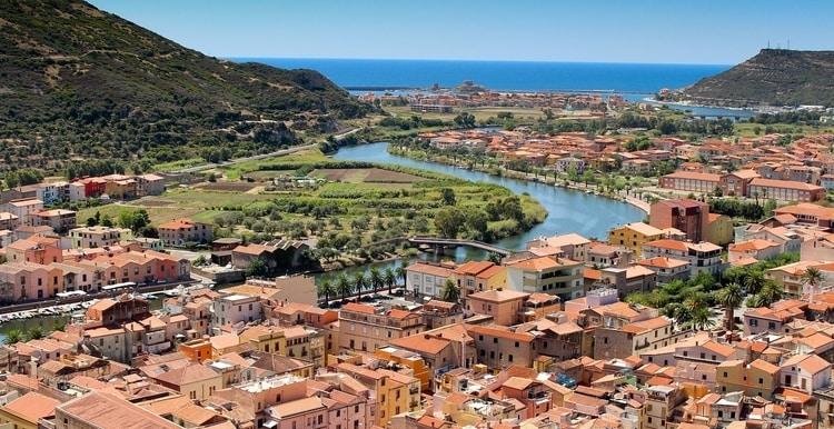 Stad Bosa in Oristano Sardinië