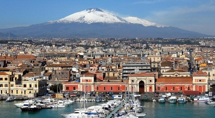 Stad Catania met Etna Vulkaan