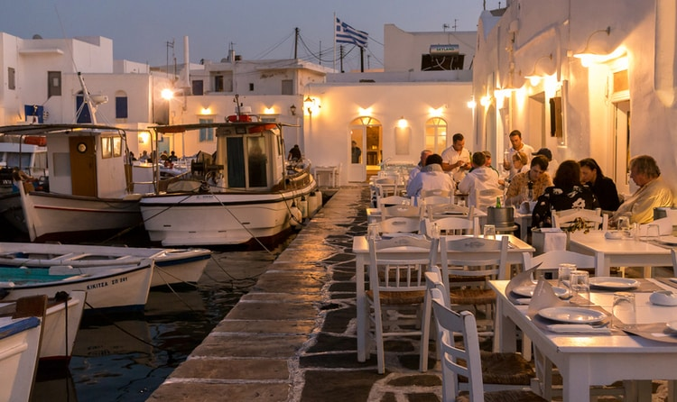 Restaurants in de haven van Naoussa Paros