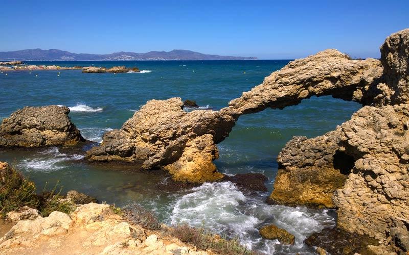 Natuurlijke boog bij het strand Portitxol in L'Escala