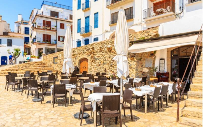 Uiteten op terras van restaurant aan water