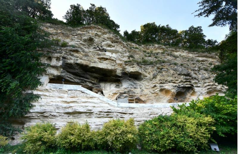Buitenkant van de Aladzha grotten
