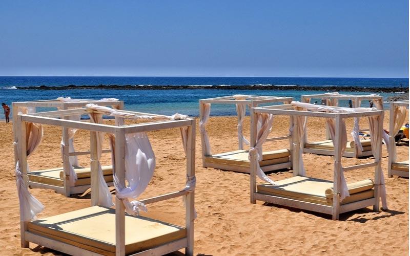 Ligbedden op Playa del Castillo