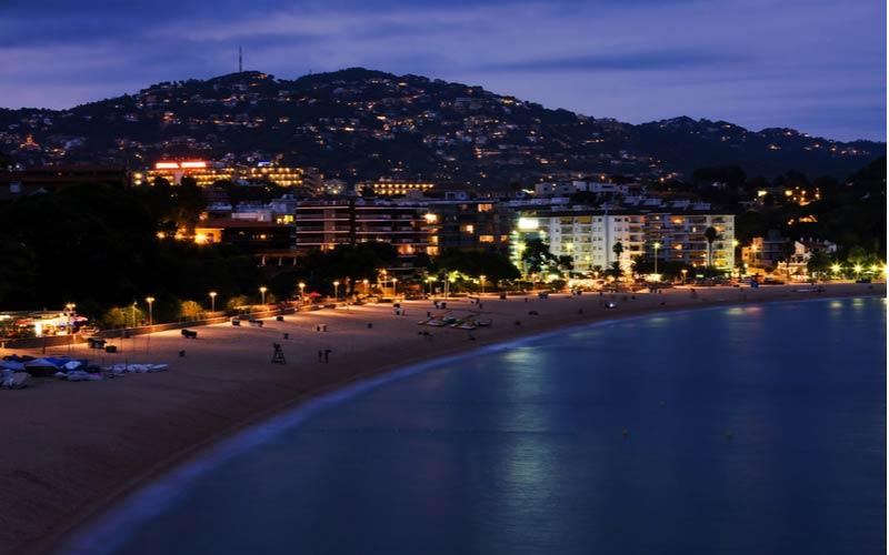 Strand in de nacht in Lloret de Mar