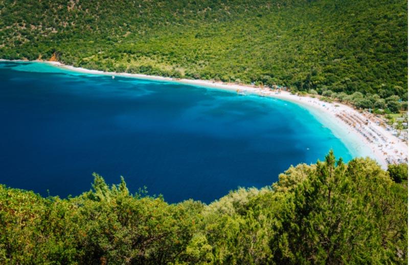Het strand Antisamos Beach op Kefalonia