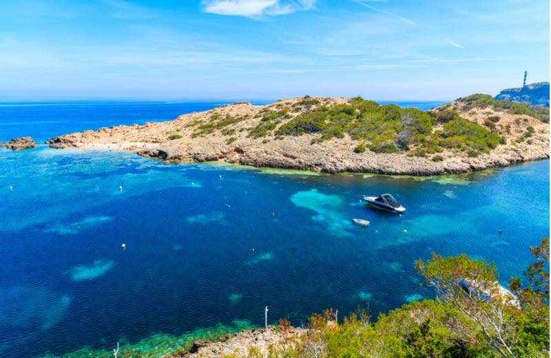 Baai van cala Portinatx op Ibiza