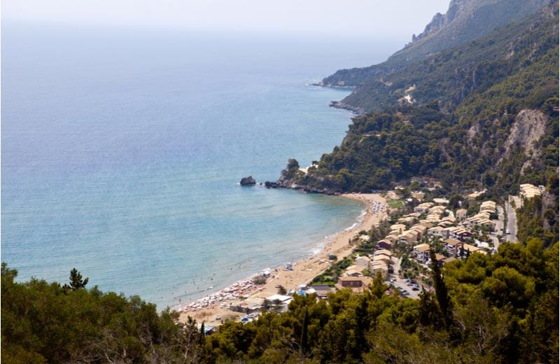 Het strand Glyfada Beach op Corfu