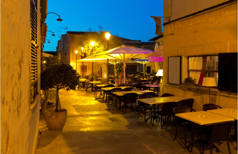 Restaurant in centrum van Alcudia in avond