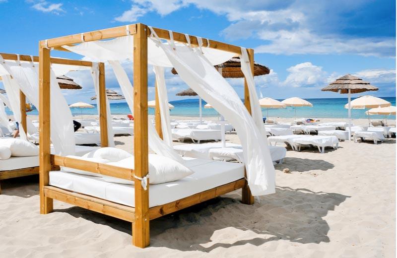 Strandbedden bij beachclub in Playa d'en Bossa