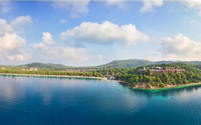 Luchtfoto van Koukounaries op Skiathos