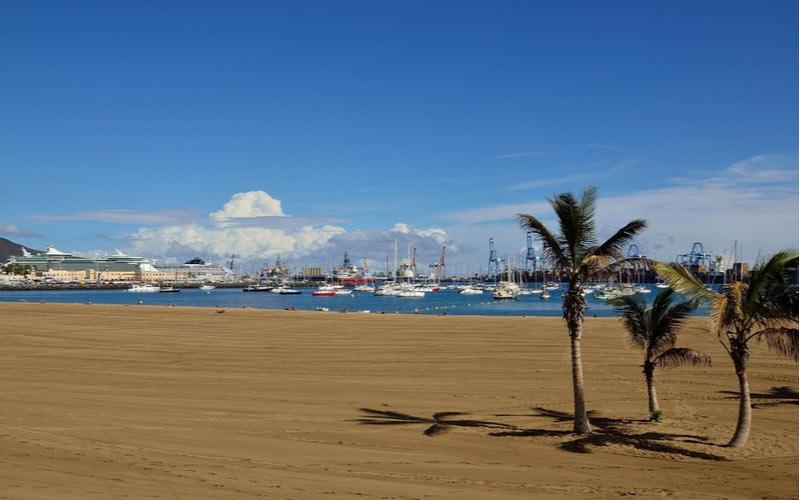 Het strand Alcaravaneras in Las Palmas