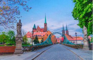 Bekende Tumski brug met sloten in Wroclaw