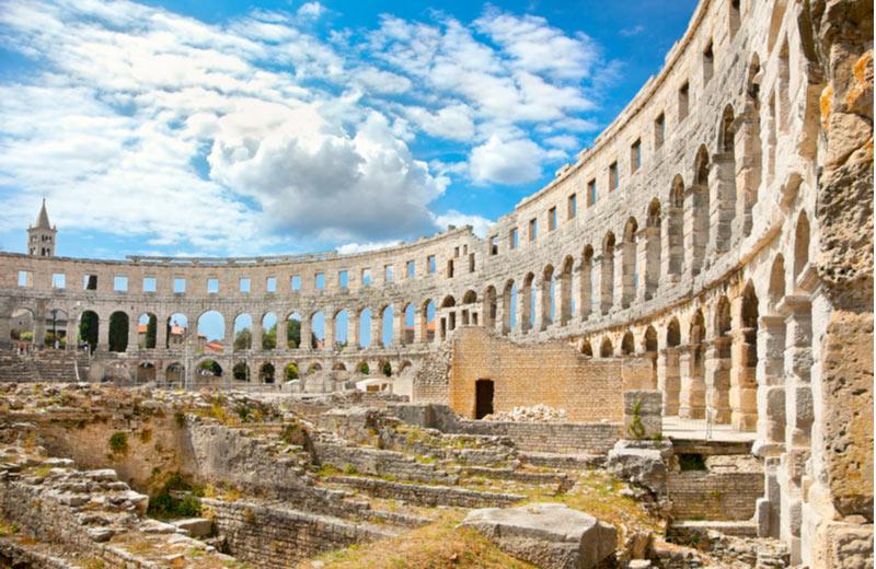 Binnenkant Romeinse Amfitheater in Pula
