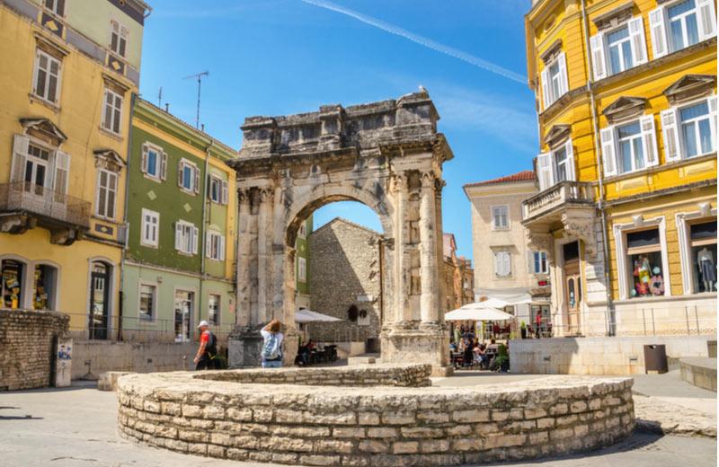 Boog van de Sergii op Forum plein in Pula
