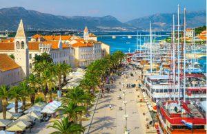 Boten langs de gezellige promenade in Trogir