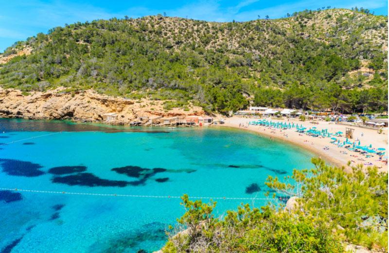 Het strand Cala Benirras dichtbij Sant Miquel