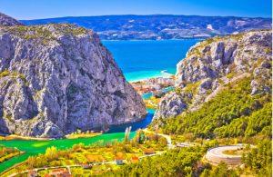De kloof/rivierdal van de Cetina rivier langs Omis