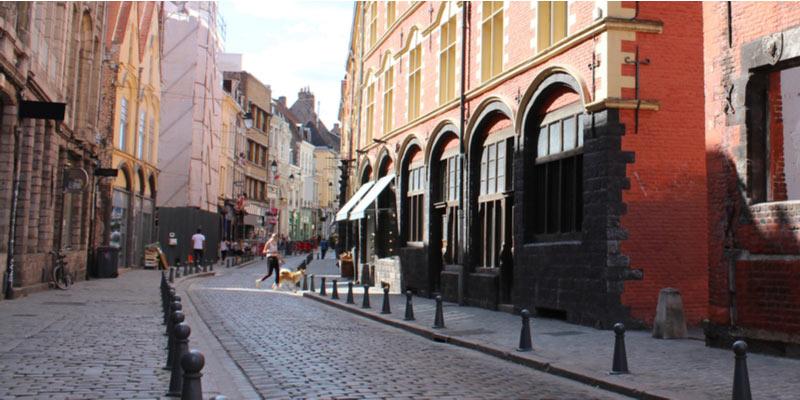 De straat Rue de la Monnaie in de wijk Vieux-Lille