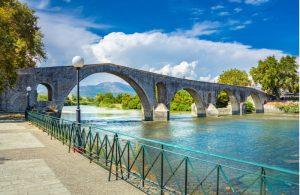 Driebogen brug in Arta