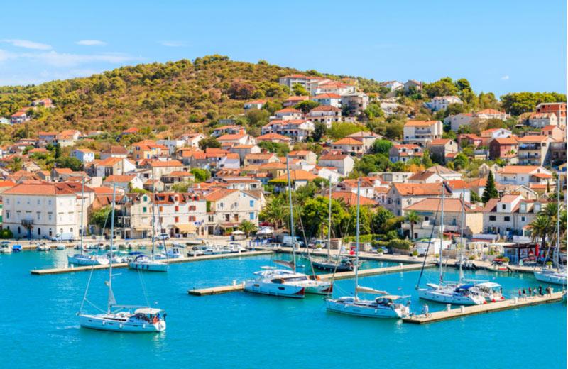 Kustlijn van Trogir met boten