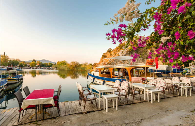 Restaurant langs het water in Dalyan