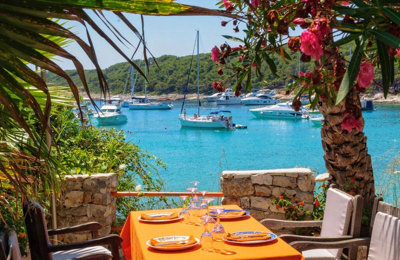 Restaurant met jachten aan haven van Hvar