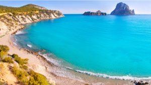 Het strand Cala Hort met zicht op Es Vedra