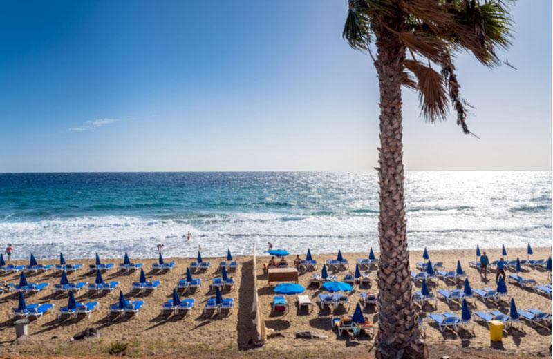 Strand met ligbedden van Puerto del Carmen