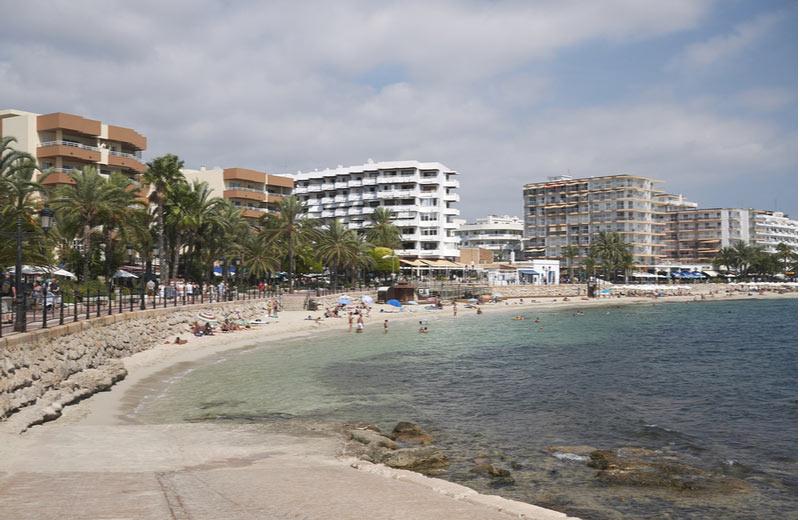 Strand met promenade in Figueretas