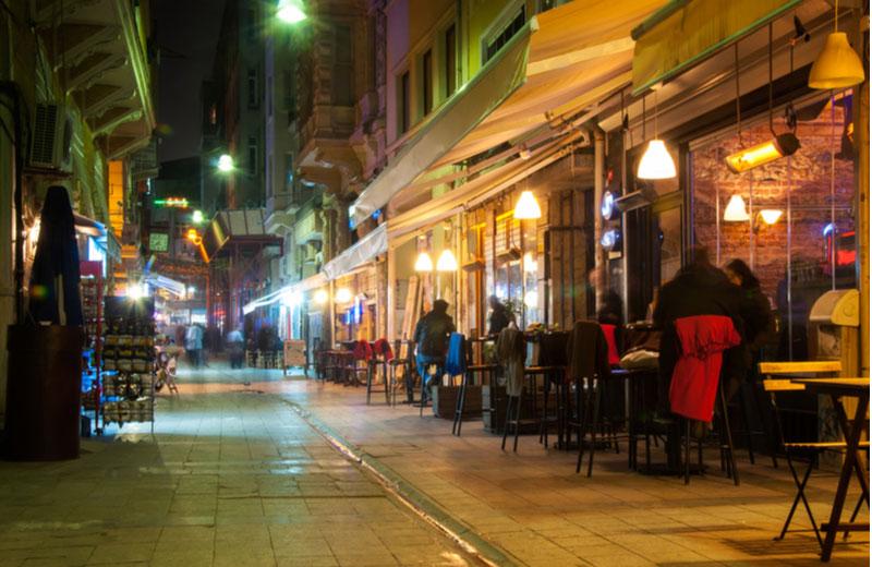 Uiteten in populaire straat in Istanbul