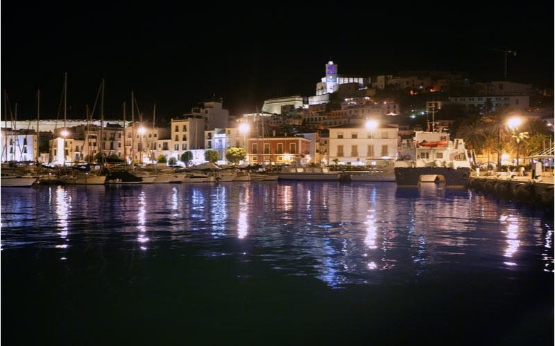 In de avond in Ibiza-Stad