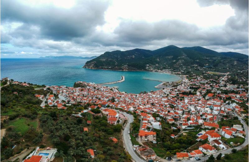 Uitzicht over Skopelos-stad met de haven