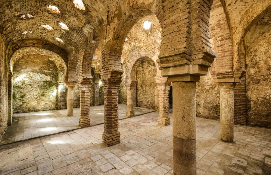 Binnenkant van de badhuizen Baños Árabes
