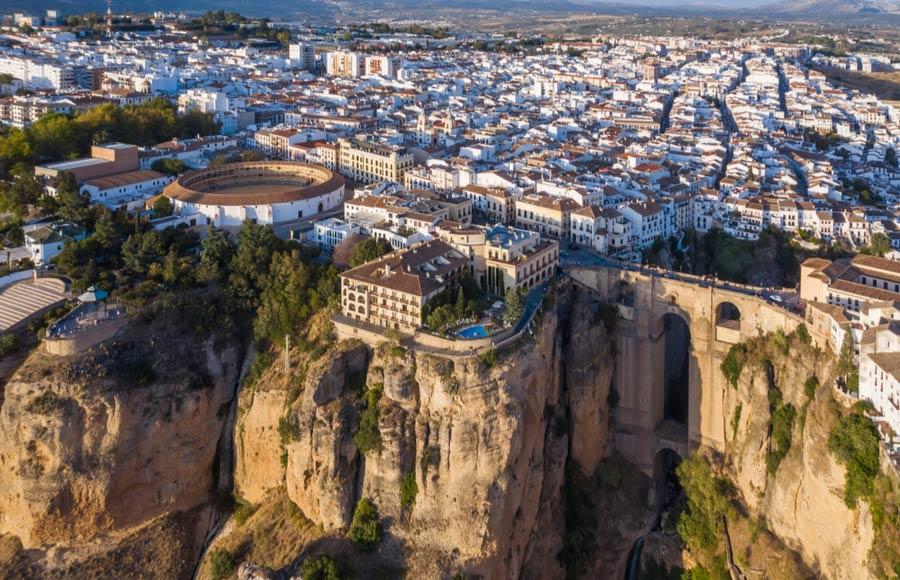 Bovenaanzicht van Ronda met brug dorp en arena