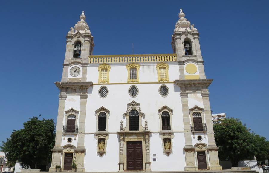 Buitenkant van de kerk Capela dos Ossos