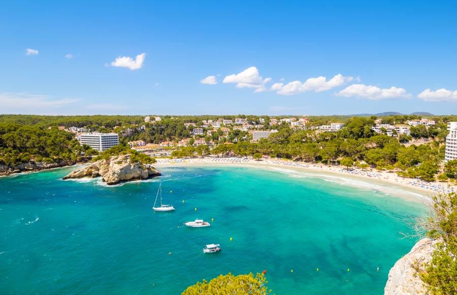 Het strand Cala Galdana op Menorca