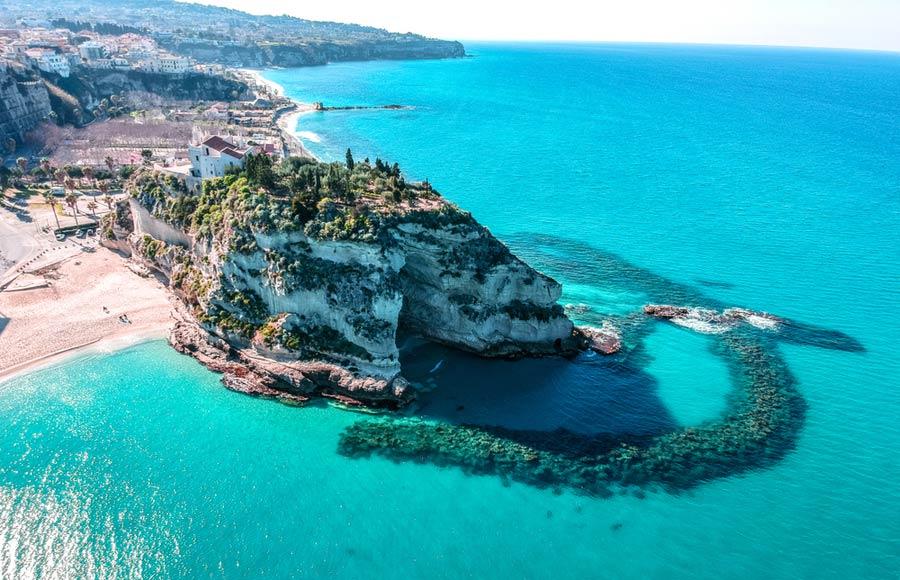Tropea met de rots aan zee