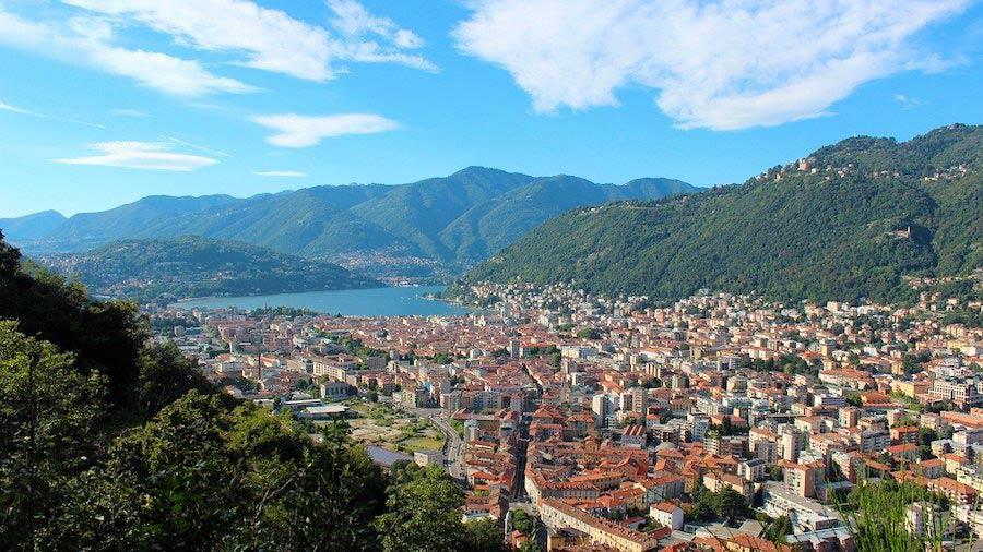 De stad Como aan het Comomeer