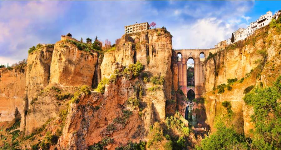 De stad Ronda boven op de rotsformaties in Andalusië