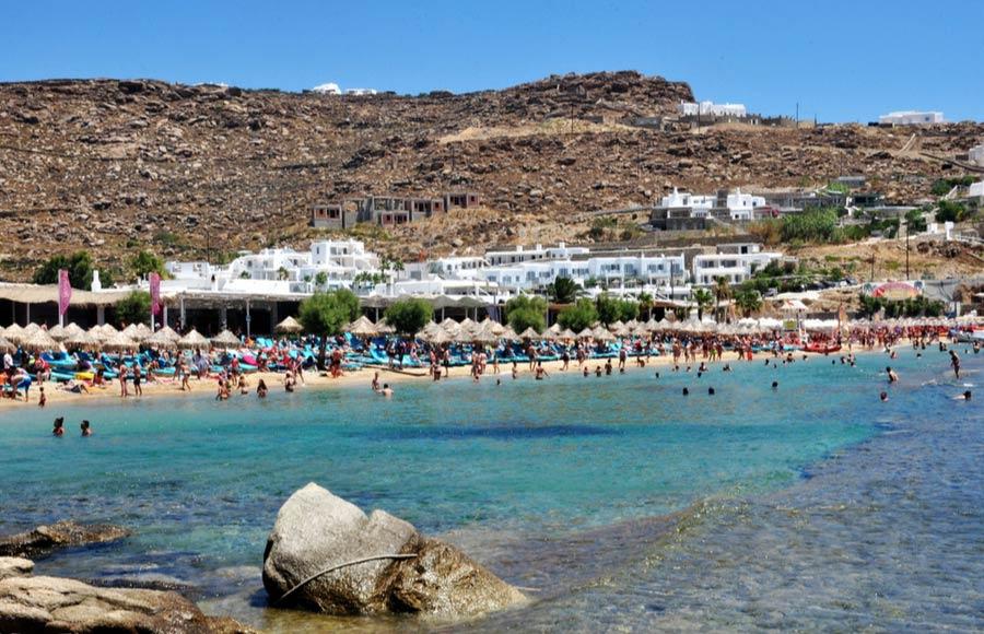 Het strand paradise beach op Mykonos met de bars