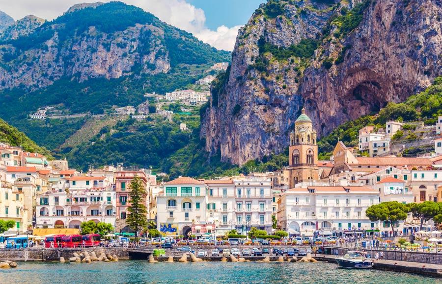 Zicht op Amalfi gelegen aan de Amalfikust