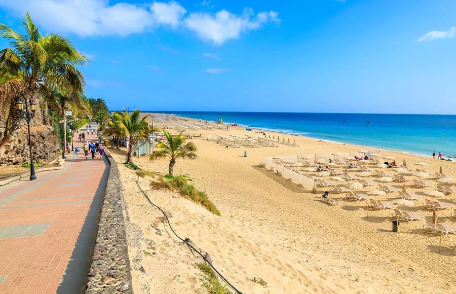 Het strand met promenade in Morro Jable