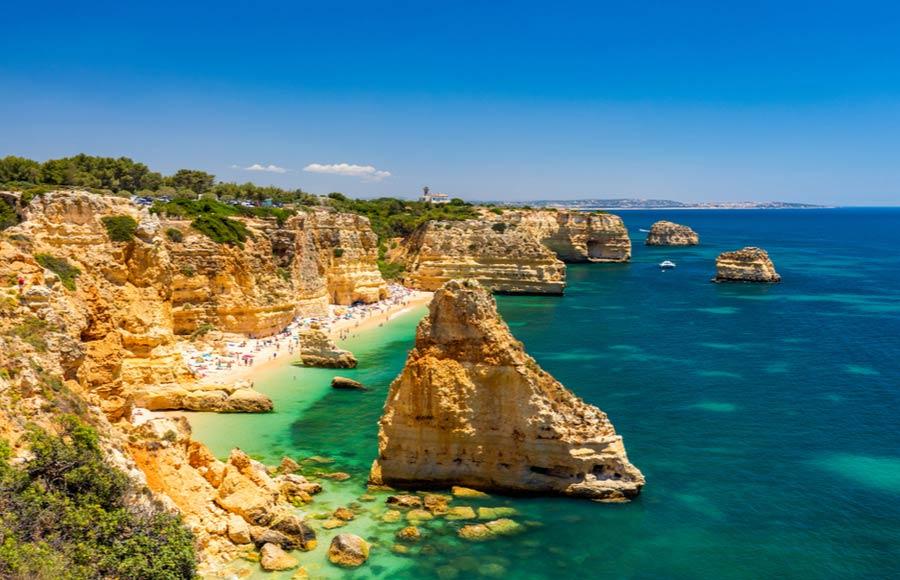 Het strand Praia da Marinha aan de Algarve