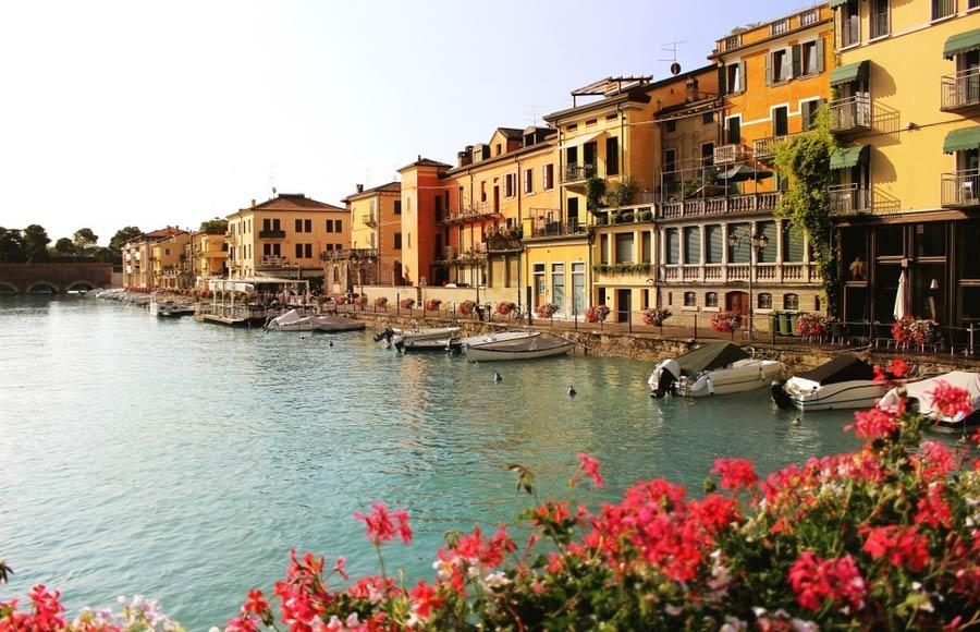 Huisjes aan de haven van Peschiera del Garda