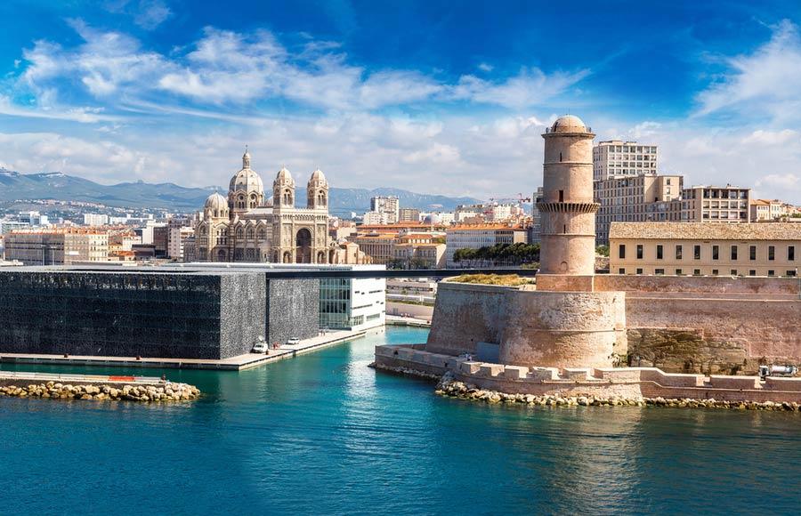 Kathedraal la Major in Marseille met rivier