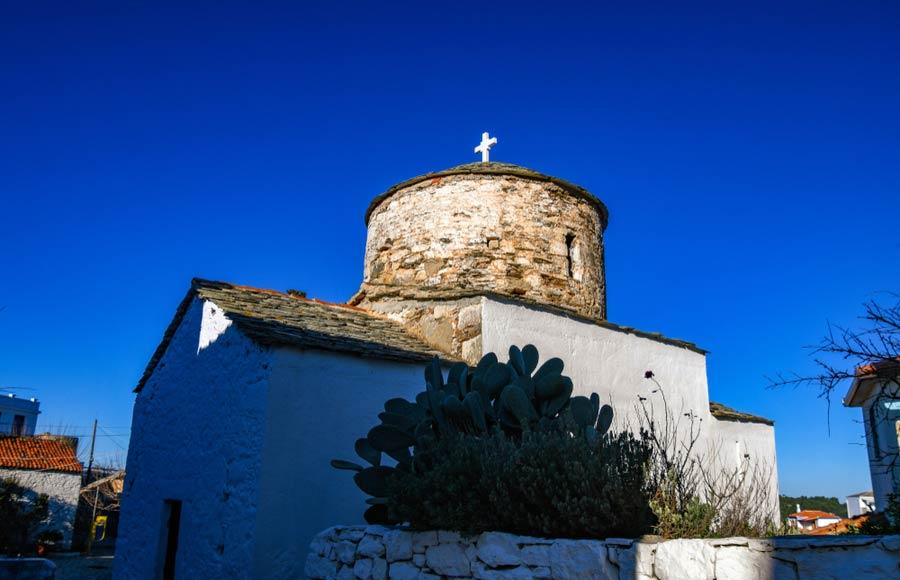 Kerkje in traditioneel dorpje Chora op Alonissos